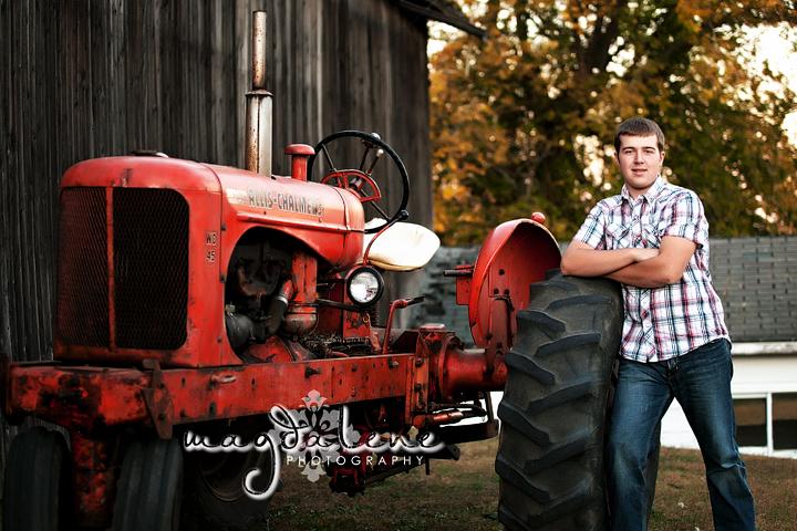 green-bay-senior-photographer-tractor